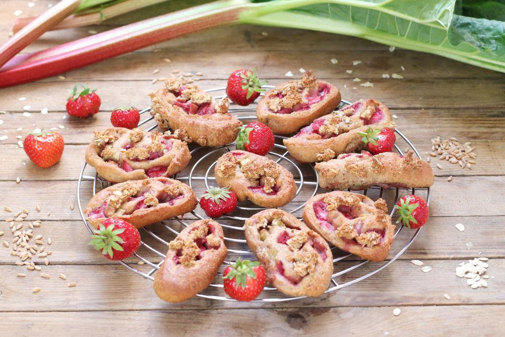 Erdbeer Rhabarber Schnecken Foodrevers zuckerfrei