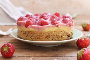 Gesunder Erdbeerkuchen mit Dinkelbiskuit und veganem Vanillepudding ohne Zucker